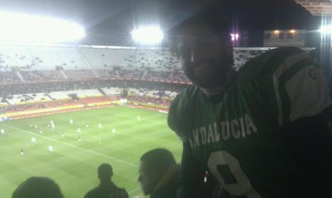 Nuestro head coach, Raúl Laguna, vestido de corto más de un año después tremendamente ilusionado por estar en las gradas del Pizjuán.