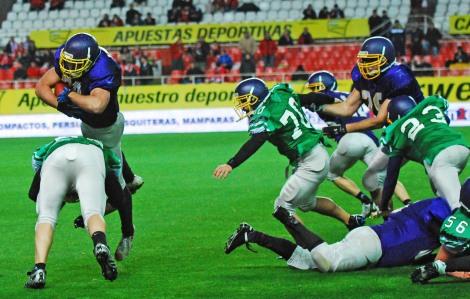 Alberto Aldea salta para conseguir el touchdown ©Quico Pérez-Ventana